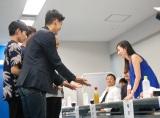 """男性の""""手""""を審査中の杉原杏璃 (C)ORICON NewS inc."""
