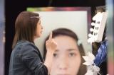 "NHK総合情報エンターテインメント『シンデレラ・テクノロジー』(後11:10)で中継先の女の子にレッスンする""先輩シンデレラ""ことayaka.(C)NHK"