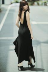 大人クールな私服のドレスを披露した小嶋陽菜=『sweet』(宝島社)8月号より