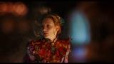 映画『アリス・イン・ワンダーランド/時間の旅』より。鏡を通り抜けてきたアリス(ミア・ワシコウスカ)(C) 2016 Disney Enterprises, Inc. All Rights Reserved.
