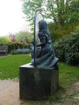 ルイス・キャロルが『鏡の国のアリス』を執筆したロンドン郊外の城下町ギルフォードには、映画『アリス・イン・ワンダーランド/時間の旅』でも再現されている鏡の中に入っていくアリスのモニュメントが! (C)ORICON NewS inc.