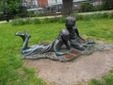 ロンドン郊外の城下町ギルフォードにはルイス・キャロルの『不思議の国のアリス』を読むアリスたちのモニュメントもある (C)ORICON NewS inc.