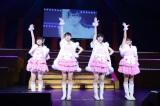 4期生3人+松岡はな(左から2人目)が「ガラスのI LOVE YOU」を披露(C)AKS