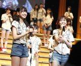 HKT48の8thシングルでセンターに抜てきされた松岡はな&劇場支配人を兼務する指原莉乃(C)AKS