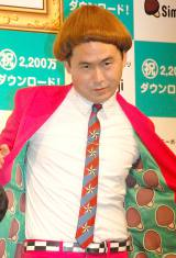 CMで着用したキノコヘアーのカツラをかぶったトレンディエンジェル・斎藤司=初代『Simejiさん』戴冠式&新CM発表会