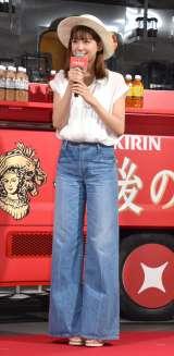 白シャツ×ワイドデニムで夏らしいファッションの西内まりや (C)ORICON NewS inc.