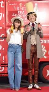 『go go tea!午後の紅茶 TEA SMOOTHIE STAND』オープニングイベントに登場した(左から)西内まりや、アンガールズ・田中卓志 (C)ORICON NewS inc.