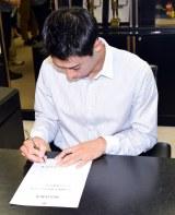 社長として新商品発売許可のサインをする錦織圭選手 (C)ORICON NewS inc.