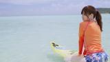 乃木坂46の白石麻衣が初のソロ曲「オフショアガール」MVでサーフィンに挑戦