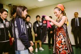 平野美宇選手から名前入りユニフォームをプレゼントされたMISIA