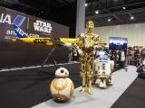 C-3PO(中央)の特別塗装機のがデザインが英ロンドンで開催の『スター・ウォーズ・セレブレーション2016』でお披露目。人気ドロイド大集合 (C)ORICON NewS inc.