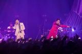 """桜井和寿(左)とGAKU-MC(右)のユニット""""ウカスカジー""""がツアーファイナル Photo:樋口 涼"""