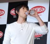 『WILKINSON』のコーラ味の新商品『ウィルキンソン タンサン ドライコーラ』を一足先に試飲したディーン・フジオカ (C)ORICON NewS inc.