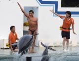 東京・しながわ水族館で行われたイルカショーにゲスト出演した春日 (C)ORICON NewS inc.