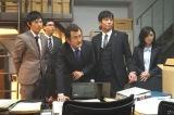 7月20日放送、テレビ朝日系ドラマ『刑事7人』第2話より。下ネタ飛び交う現場は和気あいあいと(C)テレビ朝日