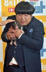 映画『ペット』プレミアで豚を抱くバナナマン・日村勇紀 (C)ORICON NewS inc.