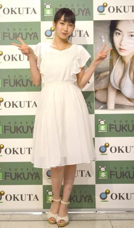 白のさわやかなワンピースで登場したJuice=Juice・植村あかり=2nd写真集『AKARI II』発売記念イベント (C)ORICON NewS inc.