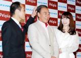 髪型が変わったモト冬樹(中央)と共に芸能会見に初登場した由美夫人(右) (C)ORICON DD inc.