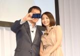 自撮りに挑戦する(左から)杉良太郎、眞鍋かをり (C)ORICON NewS inc.