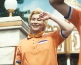 『フロム・エー ナビ』新TVCMにオレンジ衣装で出演するカズレーザー