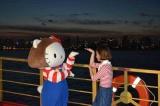 ナイトクルージングイベント『ポケムヒプレゼンツ三戸なつめ×ハローキティと東京湾をめぐる屋形船ナイト!』で、約100名のファンと共に歌い踊った三戸なつめ(右)とハローキティ (C)oricon ME inc.