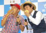 桃を丸かじりする(左から)スチャダラパー・BOSE、前野朋哉 (C)ORICON NewS inc.