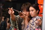 浴衣姿で武井咲をギュッとバックハグする中村蒼(左)