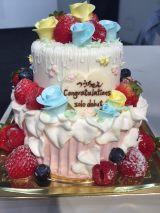 ソロデビューを祝福したケーキも登場
