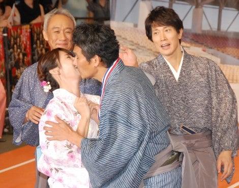 舞台キスしている深田恭子