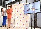「Gear VR」でハワイのチャペルを見学する吉川ひなの=カフェ『リゾ婚Cafe』オープニングプレス発表会 (C)ORICON NewS inc.