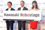 川崎重工業のロボットセンターショールーム『Kawasaki Robostage』に出席した、(左から)川崎重工業の橋本康彦ロボットビジネスセンター長、金花芳則代表取締役社長、市川紗椰 (C)oricon ME inc.
