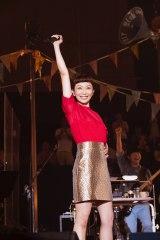 デビュー当時を思い出させるようなひざ上スカートで熱唱した持田香織
