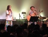 やなわらばーの東里梨生(右)がライブ中に第1子妊娠を発表