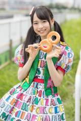 朝公演で配られた「ひとくち朝ごはん」(8の形のパン)=『8月8日はエイトの日 2016 夏だ!エイトだ!ピッと祭り』に出演した倉野尾成美 (C)AKS