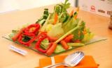 熱湯でシャウエッセンを3分茹で、野菜は食べやすい大きさに。レタスは芯を残して4つ切りにしてそこに野菜を飾ってシャウエッセンを散らす。特製のバジルシーザーソースをかけてできあがり! (C)oricon ME inc.