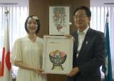 達増拓也知事(右)に直筆イラストをプレゼントするのんさん=8日、岩手県庁