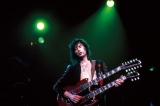 ダブルネックギターを演奏するジミー・ペイジ