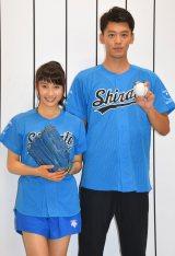 始球式を務めた(左から)土屋太鳳、竹内涼真 (C)ORICON NewS inc.