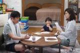 フジテレビ系ドラマ『営業部長 吉良奈津子』第4話より。保育園の夏祭りの準備をする小山家