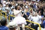 「柏木由紀席」のファンに手を振る柏木由紀(C)AKS