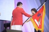 『第2回AKB48グループ チーム対抗大運動会』冒頭で優勝旗を返還したチーム8(C)AKS