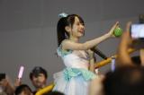 スマートフォンを向けるファンにポーズを取る倉野尾成美(C)AKS
