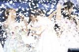 AKB48の総獲得票数1,039,172票の10分の1の紙吹雪を浴びるメンバー(C)AKS