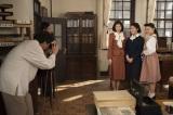 NHK連続テレビ小説『とと姉ちゃん』第112回(8月11日放送)より。鞠子の嫁入り前に三姉妹で記念撮影(C)NHK