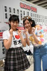 SKE48から本戦に出場する福士奈央(左)にエールを送る松井珠理奈