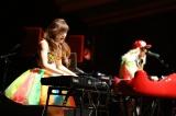 サウンド、ビジュアル共に異彩を放つジャズピアニスト・高木里代子、DJ KOOとコラボレーションした新曲を披露