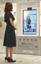 デジタルサイネージを体験した優木まおみ=『渋谷ヒカリエ ShinQs』リニューアルセレモニー (C)ORICON NewS inc.
