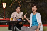 ドラマ『女たちの特捜最前線』第5話(8月18日放送)のロケで貴船の川床を訪れた宮崎美子(左)と高島礼子(C)テレビ朝日