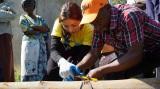 日本テレビ系毎夏恒例『24時間テレビ 39 愛は地球を救う』 内『石原さとみ アフリカ・ケニアへ 水で命を失っていく子ども達』で井戸掘りに奮闘する石原さとみ (C)日本テレビ