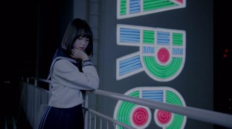 欅坂46のセンター平手友梨奈のソロ曲「渋谷からPARCOが消えた日」のMVより